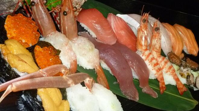 海鮮問屋 博多 - 料理写真:お寿司も人気!2貫からお好みでにぎります!