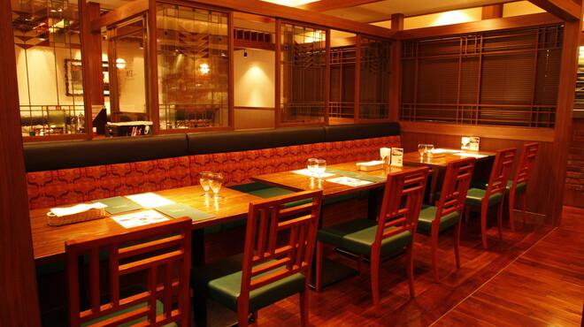 洋食 麻布満天星 - 内観写真:ベンチシートと組み合わせた、ゆったりとしたテーブル席