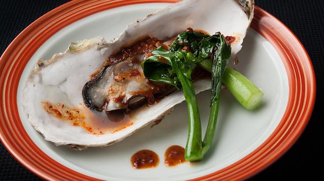 メゾン・ド・ユーロン - 料理写真:殻付き牡蠣の蒸し物ピリ辛レモンソース