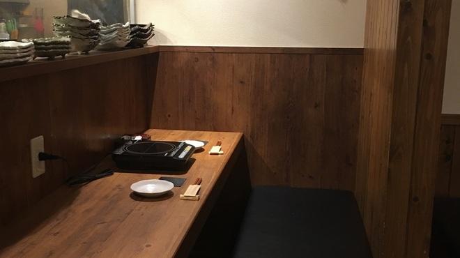 水炊き とよみつ  - 内観写真:広めのカウンターにゆったりしたベンチシート