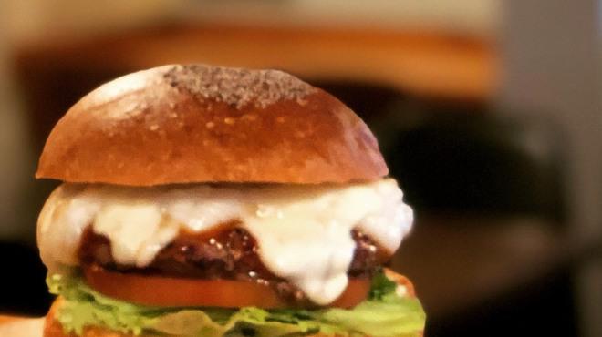 バーガーショップホットボックス - 料理写真:お餅ととろーりモッツァレラチーズバーガー