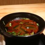 茶屋 青柳 - わかめと三つ葉の赤出汁