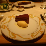100002491 - チョコレートケーキとバニラアイス