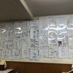 蜂屋 - 店内には大量のサインが飾られていました