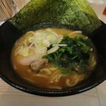 横浜家系ラーメン 梅田家 - 家系醤油ラーメン(700円、斜め上から)