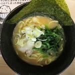 横浜家系ラーメン 梅田家 - 家系醤油ラーメン(700円、真上から)