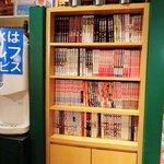 オムライス&スパゲティーのパンチョ - オムライスとスパゲッティのパンチョ 渋谷2号店 店内 漫画本書棚
