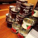 オムライス&スパゲティーのパンチョ - オムライスとスパゲッティのパンチョ 渋谷2号店 入口に置かれた食材缶詰