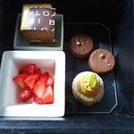 ブルガリ イル カフェ - デザート。苺のパンナコッタ、チョコレートムースなど。