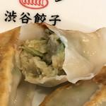渋谷餃子 - 焼き餃子の断面アップ