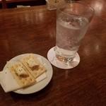 Opa - ジン&トニックとクラッカーとチーズ