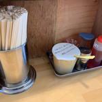 麺屋 にぼすけ - 卓上 ニンニク、胡椒、ラー油、後ろに酢