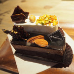 100019700 - ムースショコラキャラメルサレ 690円・カマンベールとマスカルポーネ二層チーズケーキ 690円