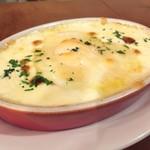 100019735 - ポレンタと3種チーズのオーブン焼き・半熟玉子 950円。