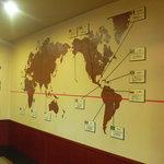 焙煎工房こやま - コーヒーベルトの産地が一目でわかる壁面
