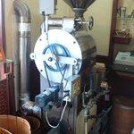 焙煎工房こやま - 渋い光を放つ焙煎マシン