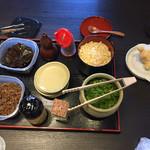 釜揚うどん店あおやま - テーブル上の調味料およびサービス品