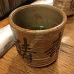 Idujuu - お茶!お寿司屋さんらしい大きさにびっくり。煎茶も少し苦めでお寿司によく合います!