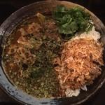 カレーノトリコ - 鯖味噌あいがけ+野菜、パクチー