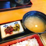 100039203 - 漬物としじみ汁