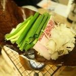 大和 - 飛騨牛と自然薯と花びらだけの朴葉焼き