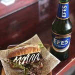 燻製マーケット - 燻製さばのサンドとエフエス(トルコビール)1000円(税込)