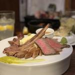 100066168 - 低温調理で仕上げた極上肉盛り合わせ 選べる3種(ローストビーフ、タンステーキ、ラムチョップ)200g 2,300円。