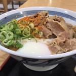 元祖セルフうどんの店 竹清 - 温玉肉ぶっかけ。ネギはセルフで取れます
