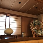 寿司竹寅 - 久谷の大皿などが並びます(2019.1.14)