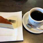 支留比亜珈琲店 - チーズケーキとホットコーヒーのセット700円です