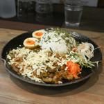カリーみよし - ココナッツミルクチキンカリー&鶏キーマ豆カリー 煮たまごスパイス漬け+チーズトッピング☆