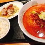 小金龍 - 四川風ラーメンと油淋鶏サラダのセット(680円)