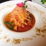 100085809 - バターチキンカレー。インド料理屋でハット型のお皿で供されるとは思いませんでした。エディブルフラワー迄のってお洒落〜