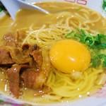 徳島ラーメン 麺八 - 生卵を入れると写真映えしますね(。-∀-。)