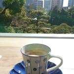 相楽園パーラー - ドリンク写真:有機豆コーヒーとテラスカウンター席から見える相楽園