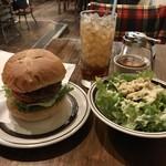 センターフォーハンバーガーズ - ブルーチーズバーガーとシーザーサラダ