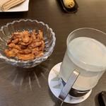 100111760 - クルミの飴炊きとライチ酒お湯割り