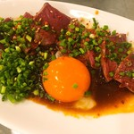 焼肉 チョモランマ - 炙りハツ刺し ¥680  炙ったハツに黄身を和えて食べる一皿メニュー。発想も見た目も文句なしなのですが、ハツが固いのとタレが甘過ぎでした。
