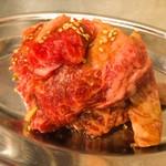 焼肉 チョモランマ - はじっこ ¥580  切り出しの際の端切れ肉を盛ったサービスメニューだと思います。見た目、これはコスパ高い優良メニューと思いましたが、臭みがありました。価格並みかもです。