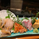 亀八鮨 - お刺身の盛り合わせ 右からホタテ 赤貝 かんぱち 玉子