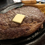 エルカリーニョ - グレインフェッドビーフのロース肉ステーキ300g    オージーと聞いて期待していなかったんだけど味も柔らかさも十分でした!ニンニクたっぷりが美味しいね!