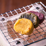 ごとカフェ - 【手焼き七輪かんころ餅】昔ながらの「手焼き」で五島の郷土菓子「かんころ餅」をお楽しみいただけます。