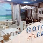 ごとカフェ - 五島の名所「高浜海水浴場」をイメージした内装。冬でも暖かい店内で「五島の海」を味わえます。