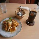 オレンジサンセット - メイプルトーストとアイス(500円)とアイスコーヒー(400円)※セットオーダーで50円引き