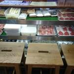 堂島精肉店 - 冷蔵ケース前の席