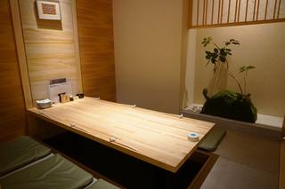 炭火・焼鳥 鶫 中洲川端店 - こちらは6名用の完全個室(掘り炬燵式)です。
