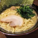横浜家系ラーメン 稲田家 - ラーメン(680円、斜め上から)