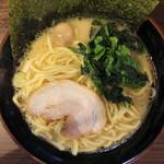 横浜家系ラーメン 稲田家 - ラーメン(680円、真上から)