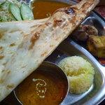 ネパールキッチン Kathmandu - ナンの下には…