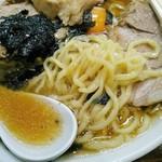 らあめん大安 - 醤油スープは豚×鶏清湯とのこと。チャーシューめんには青菜はのらないのか、トッピングは3つでも多量のチャーシューの他にはコリコリメンマと刻み海苔のみ。生玉子は50円の別料金。
